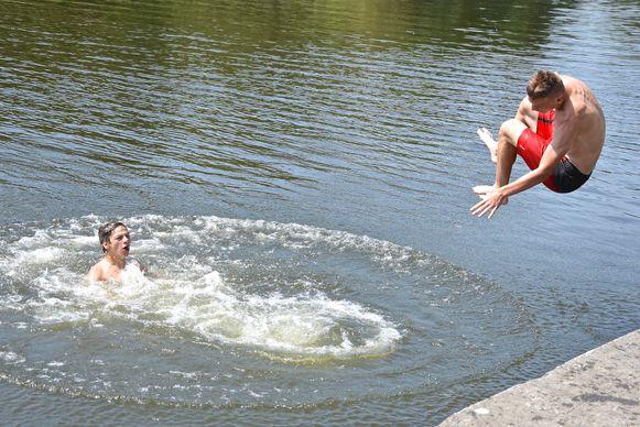 Enkele jongeren trokken zich van het zwemverbod niks aan vorige maand, tijdens de hittegolf.