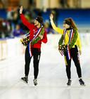 Kampioenen Jan Blokhuijsen en Antoinette de Jong maken een ereronde na afloop van het NK Allround van vorig jaar.