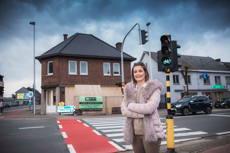 Schepen van Mobiliteit Miet Jorissen (CD&V) aan het kruispunt in Kortessem.