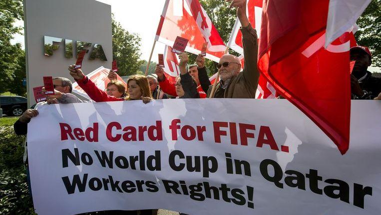 Zwitsers protesteren bij het hoofdkantoor van de FIFA tegen het WK in Qatar. Beeld afp