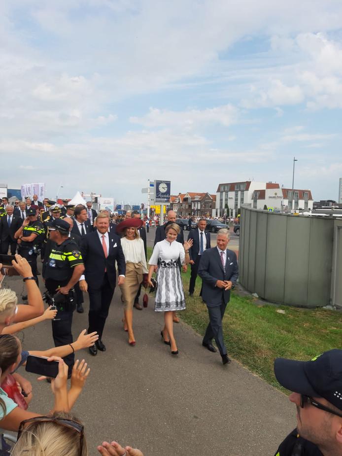 Willem-Alexander en Máxima gaan na de openingshandeling terug naar de auto.