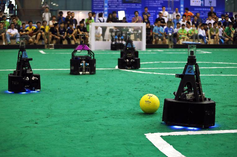 Voetbalwedstrijd tussen robots in China. Beeld ap