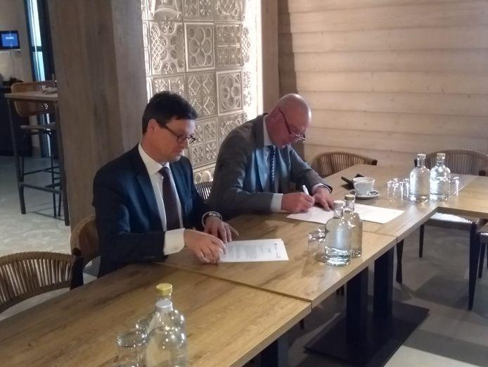 Burgemeester Bas van den Tillaar van Vlissingen (links) en dijkgraaf van Waterschap Scheldestromen Toine Poppelaars bij de ondertekening van het gewraakte strandconvenant, op 28 februari in Paviljoen Pier 7 in Vlissingen.