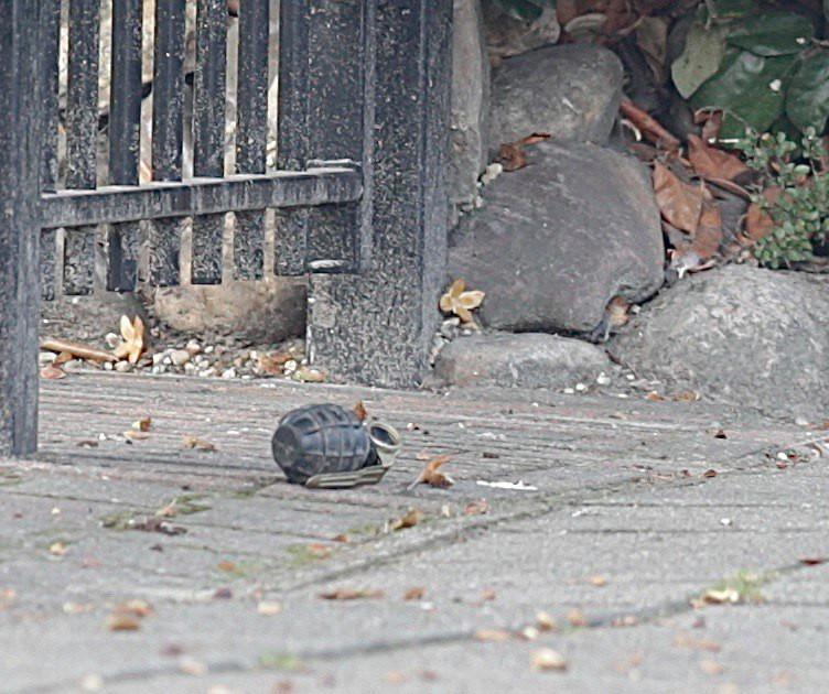Er is dinsdagochtend een handgranaat gevonden voor een woning in Nijverdal.