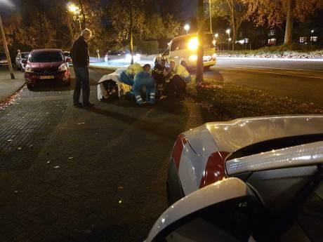 Scooter rijdt fietsster aan en laat haar gewond op straat liggen op Blekerssingel