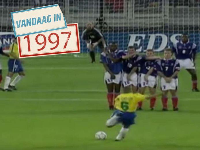 Roberto Carlos haalt uit.