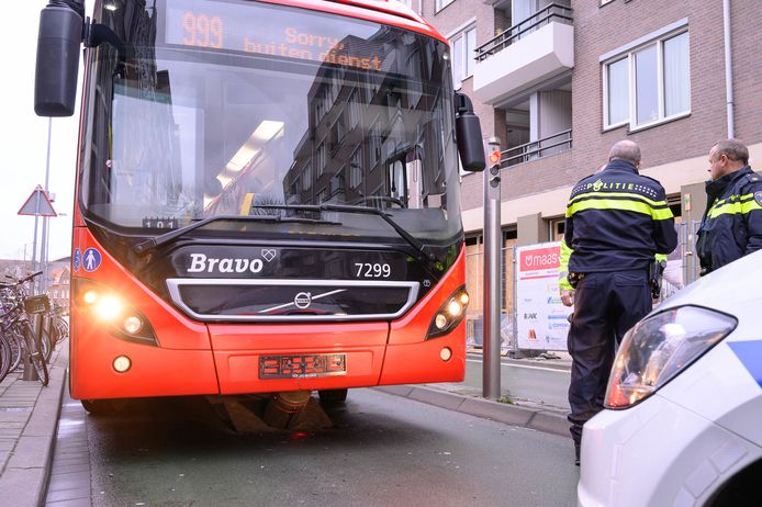 Bus rijdt zich vast op sluis in Breda