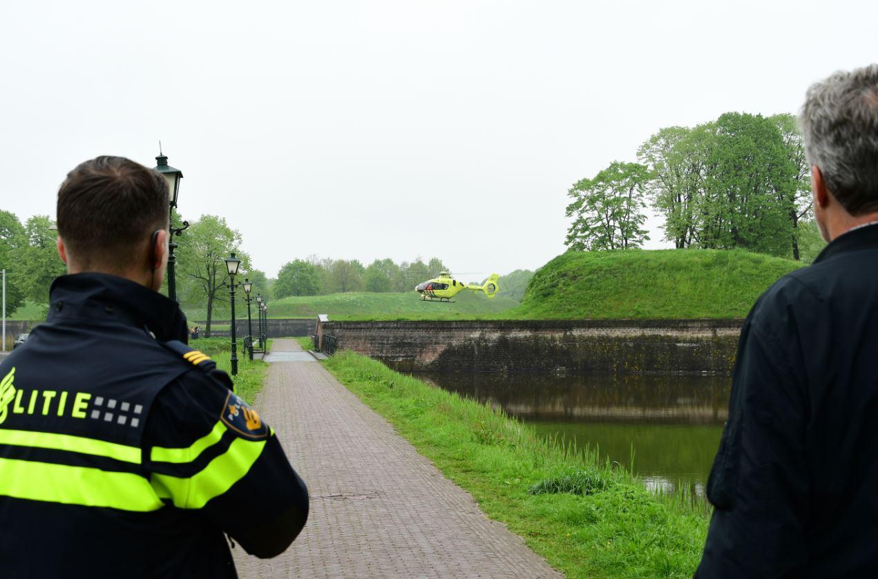 Een traumaheli landt in Naarden op de plek waar de man uit Renswoude in het water is beland.