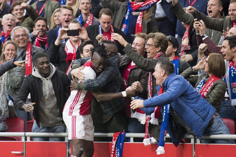 Bertrand Traoré viert de 4-1 tegen Olympique Lyon met het publiek in de Arena. Beeld anp