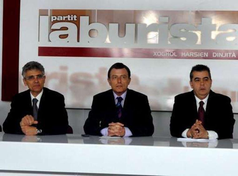 Volgens Alfred Sant (midden) heeft zijn partij een eervolle nederlaag geleden.