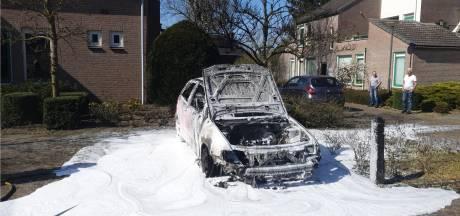 Auto vliegt bij starten spontaan in brand in Sint-Michielsgestel
