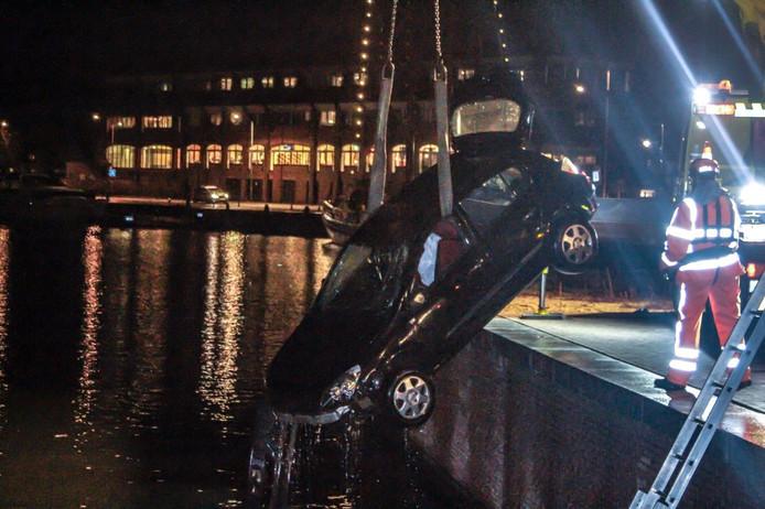 Bijna een jaar geleden reed een auto de Vissershaven in Harderwijk in. De bestuurder wist zichzelf in veiligheid te brengen. Duikers van de brandweer lokaliseerden daarna de auto op de bodem, voor het hijswerk.