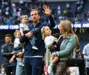 Harry Kane met zijn dochter en vrouw bij de ereronde na de laatste competitiewedstrijd van Tottenham Hotspur.