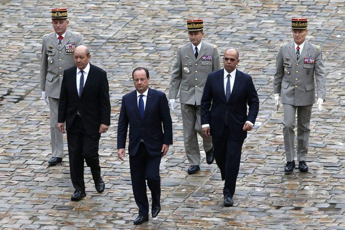 Le général Benoît Puga, le ministre de la Défense Jean-Yves Le Drian, François Hollande, Le général Pierre de Villiers, le ministre délégué aux Anciens combattants Kader Arif et le général Hervé Charpentier (22 mai 2014)