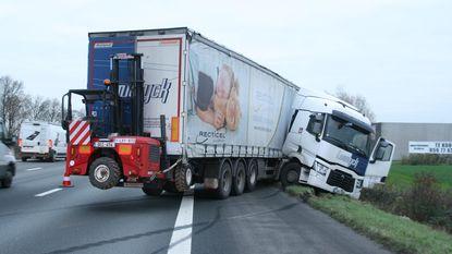 Vrachtwagen in schaar na uitwijkmanoeuvre