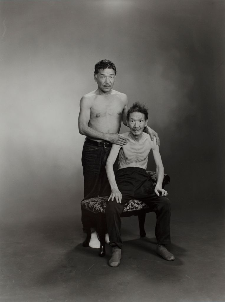 Masahisa (links) en Sukezo, 1985, uit de serie Family  Beeld Masahisa Fukase Archives, Michael Hoppen Gallery London