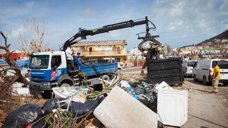 Op Sint Maarten wordt een begin gemaakt met het opruimen van de rotzooi na het passeren van de orkanen Irma en Maria Beeld anp