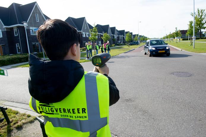 Deze automobilist houdt zich keurig aan de snelheid in Zuidbroek.