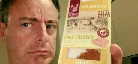 Smakelijk! Burgemeester De Wever smeert katteneten op boterham