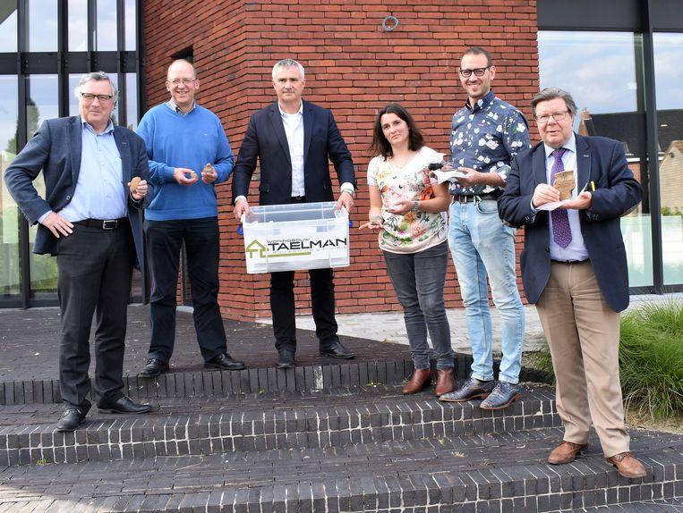 Projectontwikkelaar Luc Taelman kwam de vondsten afgeven aan archivaris Elisabeth Blancke. Ook burgemeester Koenraad Degroote en schepenen Yves Lambrecht, Philippe Vanhaesebrouck en Bart De Keukeleire waren van de partij.