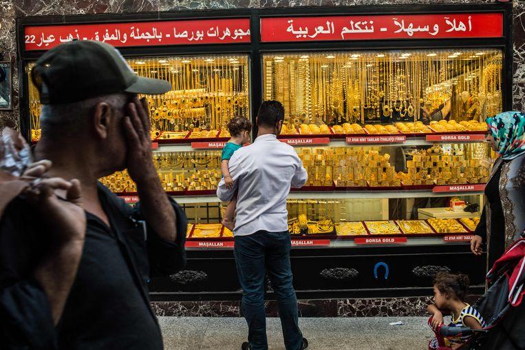 Mensen passeren een juwelier in Istanbul. Beeld AFP