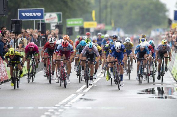 Fabio Jakobsen won voor Marcel Kittel en Caleb Ewan de eerste etappe van de BinckBank Tour van Heerenveen naar Bolsward.