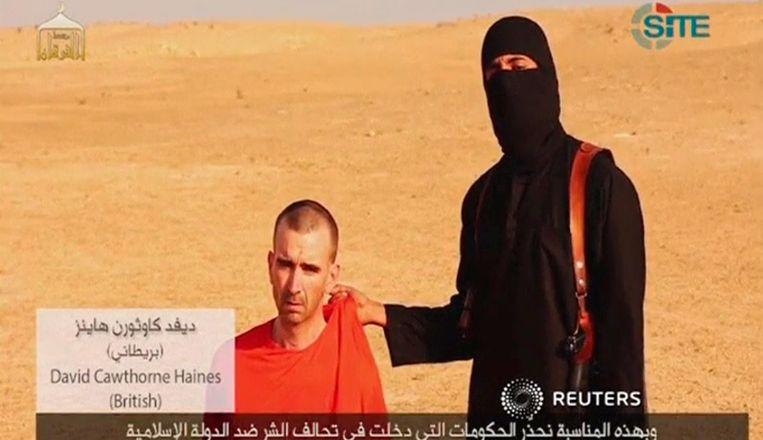 De IS-beul toont David Haines voor de camera, aan het eind van de onthoofdingsvideo van Steven Sotloff. Beeld reuters