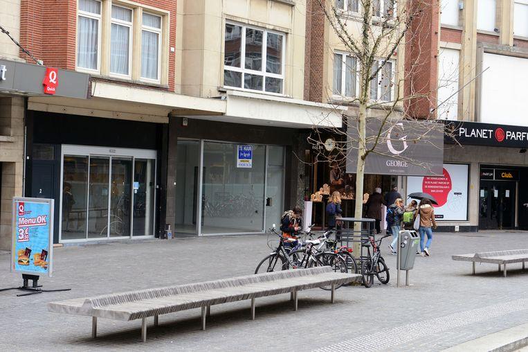 Het pand naast de Quick op het Rector De Somerplein staat al heel lang leeg.
