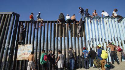 Deel van migrantenkaravaan komt toe aan grens VS-Mexico, maar krijgt vijandig onthaal