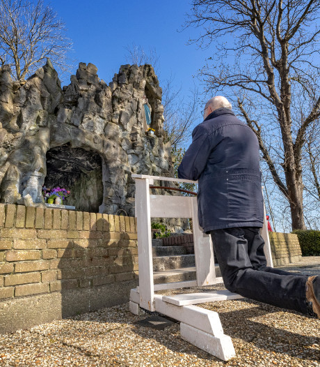 Het is drukker dan normaal bij Lourdesgrot in Noordeinde: 'Mensen zoeken nu steun bij geloof'