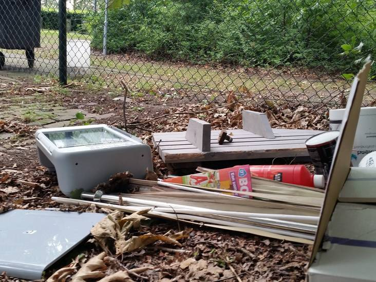 Afval gedumpt op begraafplaats aan Scheidreef in Hoogerheide