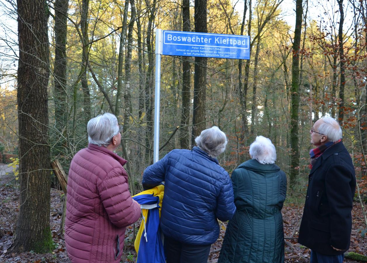 De Boswachter Kieftpad onthuld in het bijzijn van familieleden van Kieft.