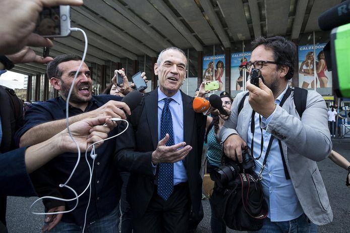 Carlo Cottarelli staat de pers te woord in Rome.