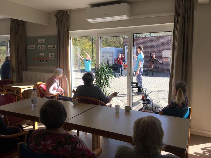 In maart was er een coronaproof muziekoptreden voor de bewoners van woonzorgcentrum Ter Bake in Denderleeuw.