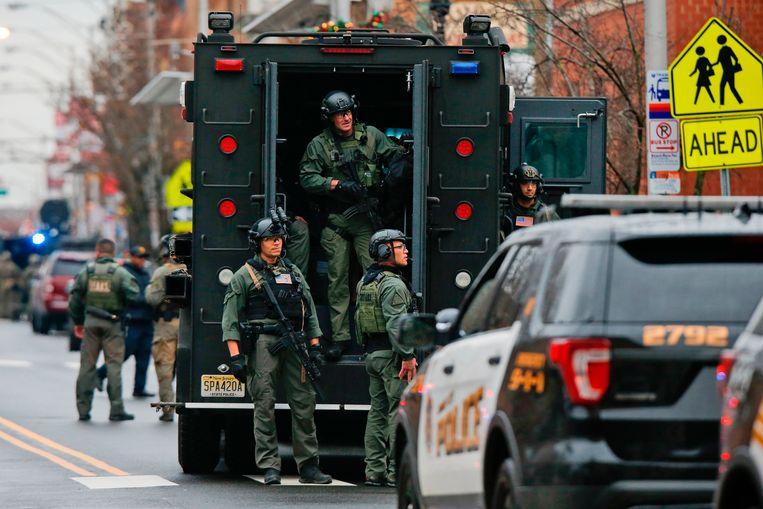 Veiligheidsteams rukken uit voor een schietpartij in Jersey City. Beeld AP