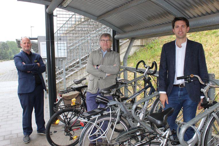 Schepenen Christophe De Waele (Eeklo), Chris De Wispelaere (Lievegem) en Lucas Van der Meersch (Evergem) presenteren hun eisen op een symbolische plaats: de fietsenstalling van het station van Evergem.