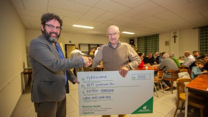 Acteur Luc Nuyens krijgt 5.000 euro van buren voor de Belgische Rett Syndroom Vereniging