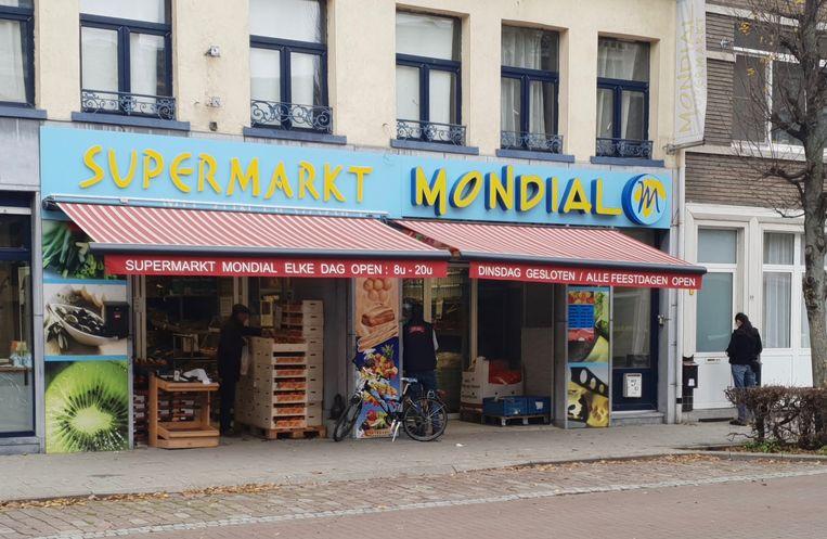 Supermarkt Mondial in de Frederik Peltzerstraat. De supermarkt moest door de dreigbrief sneller sluiten.