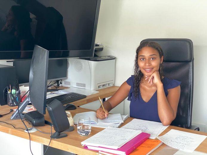 De Antwerpse studente Suraiah Tavares zit in quarantaine tijdens de herexamens. Ze kan dus niet deelnemen.