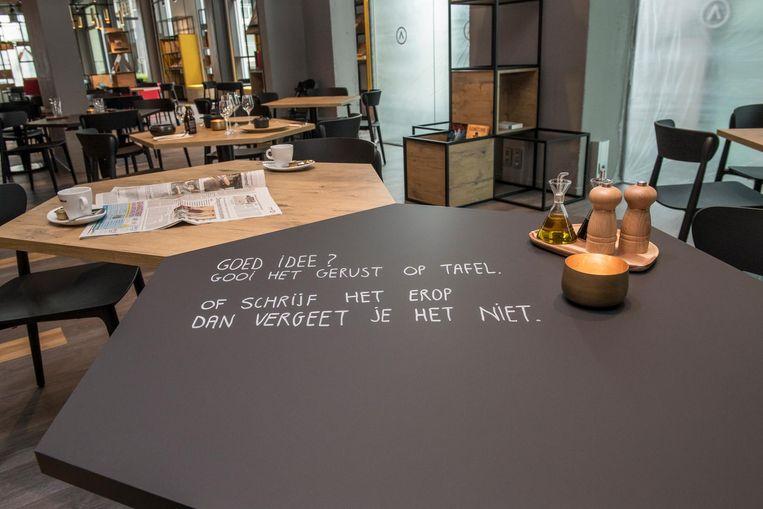 Op enkele tafels mag met krijt geschreven worden.