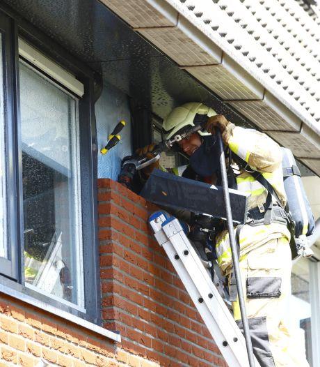Woningbrand in Zwolle trekt veel bekijks, brandweer blust in spouw