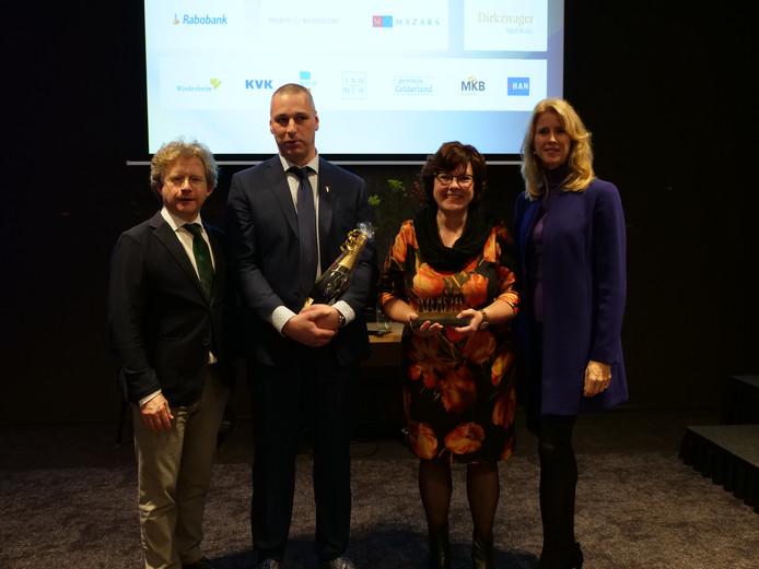 De Gelderse gedeputeerde Michiel Scheffer en staatssecretaris Mona Keijzer flankeren André en Wilma Hilvers, als broer en zus directeuren van het gelijknamige en winnende familiebedrijf.