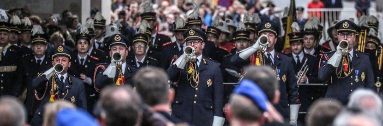 De klaroenblazers van de Last Post verwelkomen de bewakers van de Menenpoort. De leeuwen zijn na 81 jaar terug in Ieper.