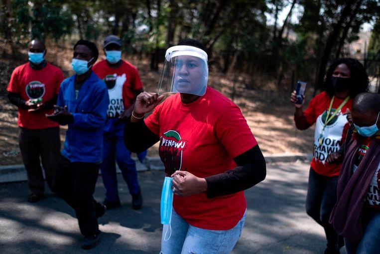 Gezondheidswerkers demonstreerden eerder deze maand in Johannesburg tegen het gebrek aan beschermingsmiddelen. Beeld Wikus de Wet, AFP