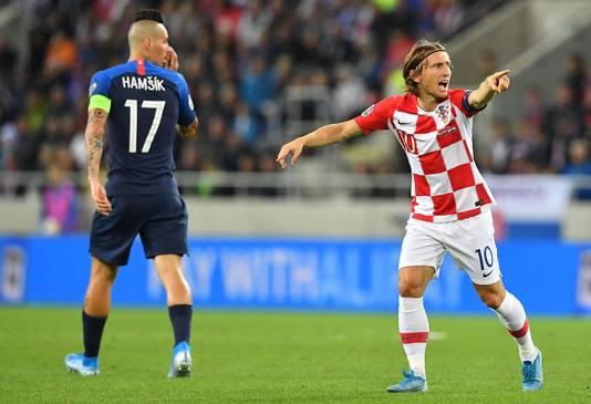 Kroatië won afgelopen vrijdag met 0-4 bij Slowakije. Marek Hamsik (links) en Luca Modric (rechts).