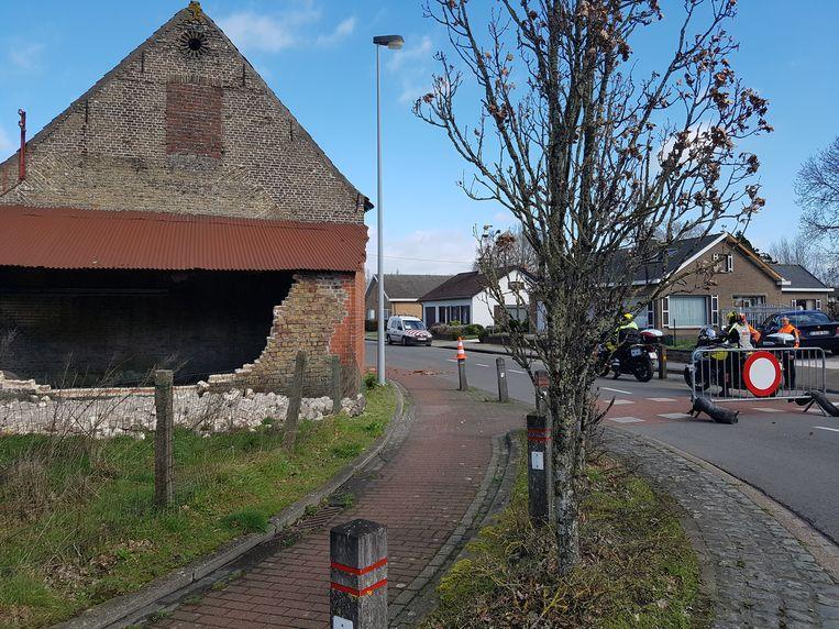 In de Achterstraat in Eernegem stortte een muur van een schuur in en vielen dakpannen op straat. De weg werd afgesloten.
