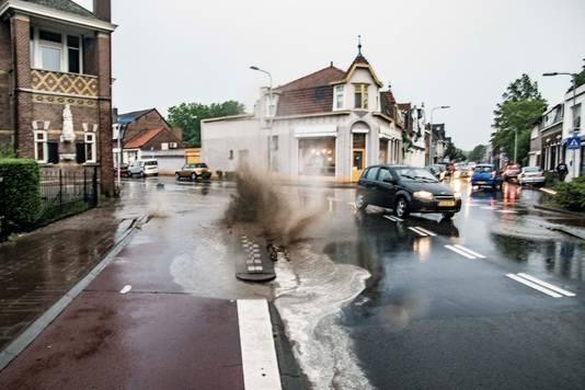 Putdeksels schieten omhoog in Tilburg.