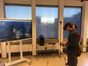 Een student test de virtual reality fieldtrip in een bergachtig landschap.