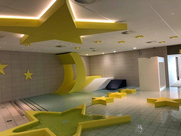 Het peuterbad in een sterrendecor.