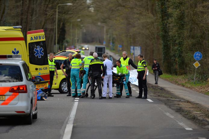 Hulpverleners bekommeren zich om de motorrijder uit Didam na het ongeval.